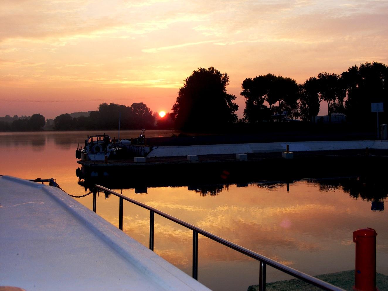 Pourquoi toujours les couchers de soleil ici un lever de soleil - Pourquoi un coup de soleil gratte ...
