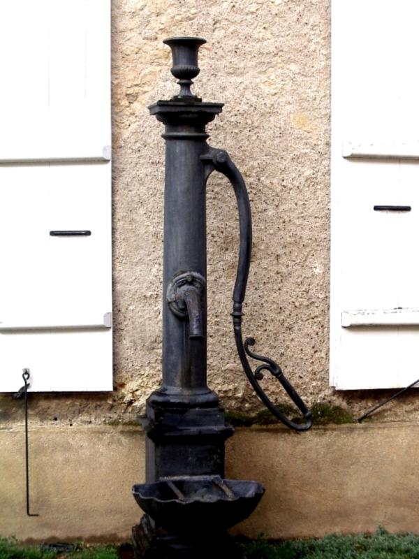 0053 dans une petite cour pav e une pompe eau. Black Bedroom Furniture Sets. Home Design Ideas